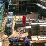 建築工事現場における、梁型枠取付の安全作業手順を、紹介します!